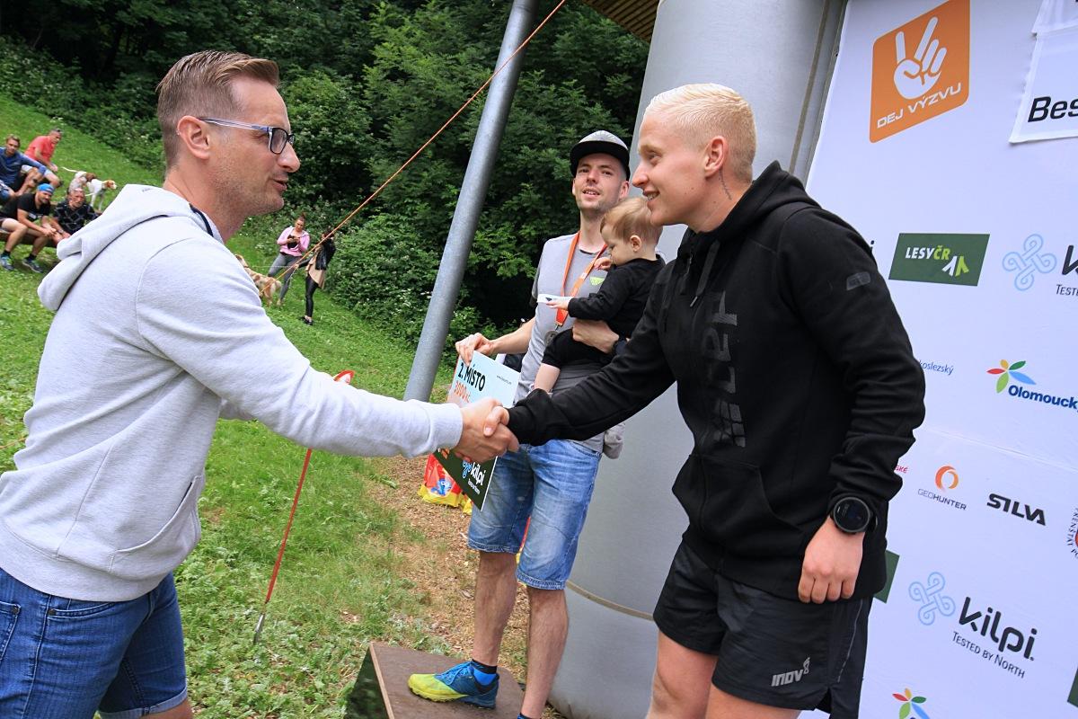 Bývalý skokan na lyžích Jakub Janda gratuluje vítěznému Tomáši Štverákovi. Foto: Patrik Pátek/PatRESS.