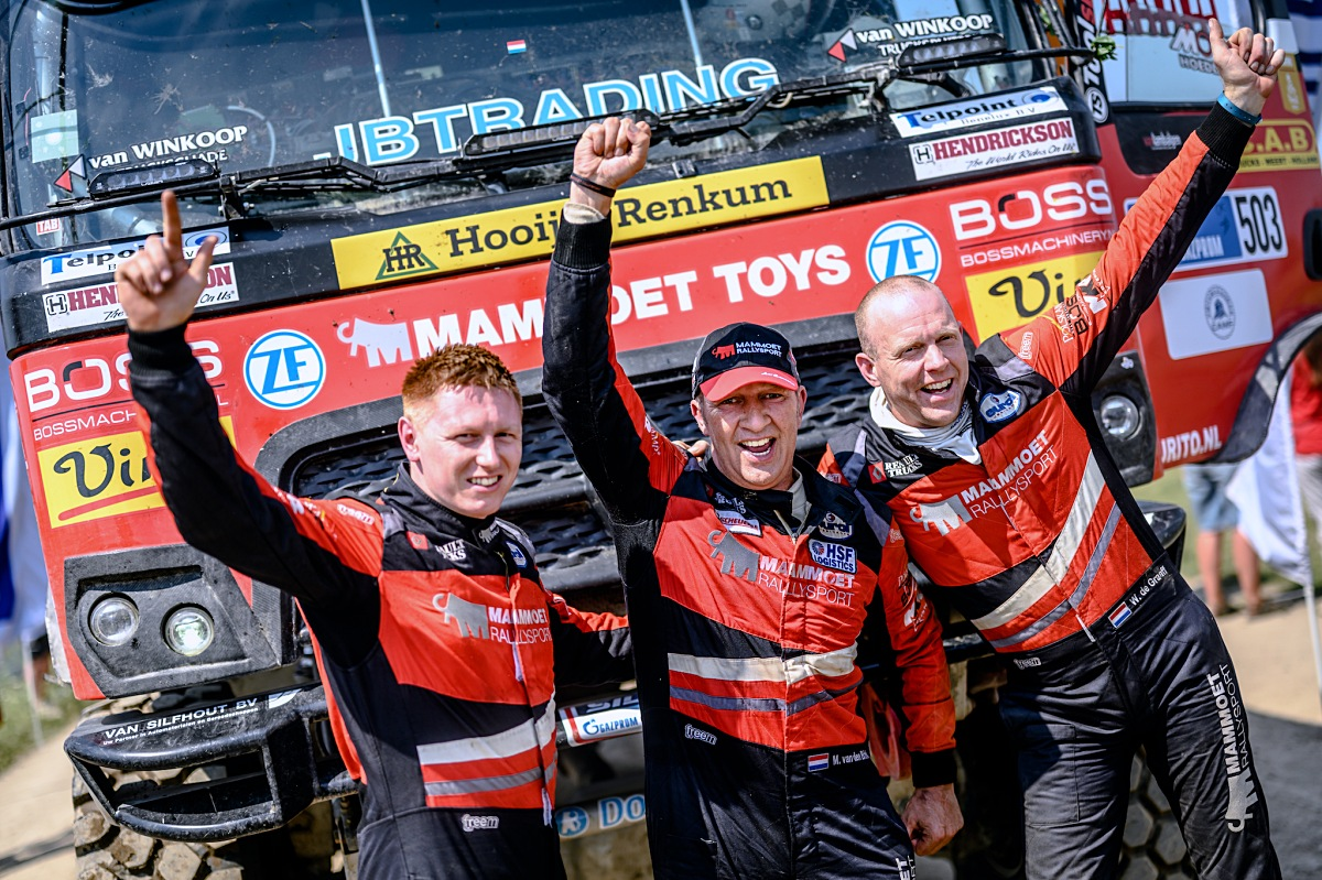 Posádka Mammoet Rallysport po dojezdu poslední etapy. Foto: MCH